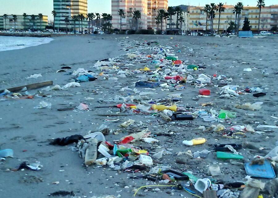 Graves problemas ambientales en la playa de Poniente de La Línea y Campamento