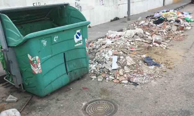 Atención por la presencia de residuos en la Barriada de El Junquillo en La Línea