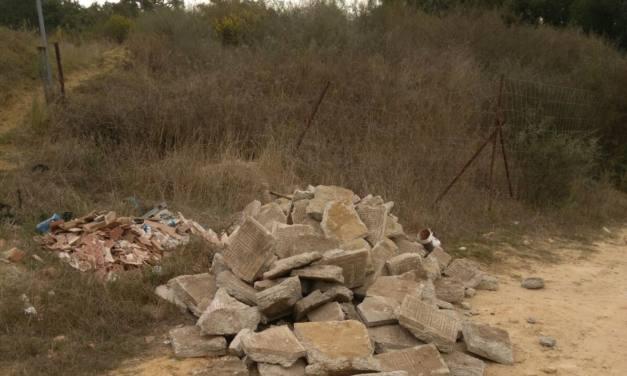 Acumulación de residuos sólidos en La Almoraima (Castellar)