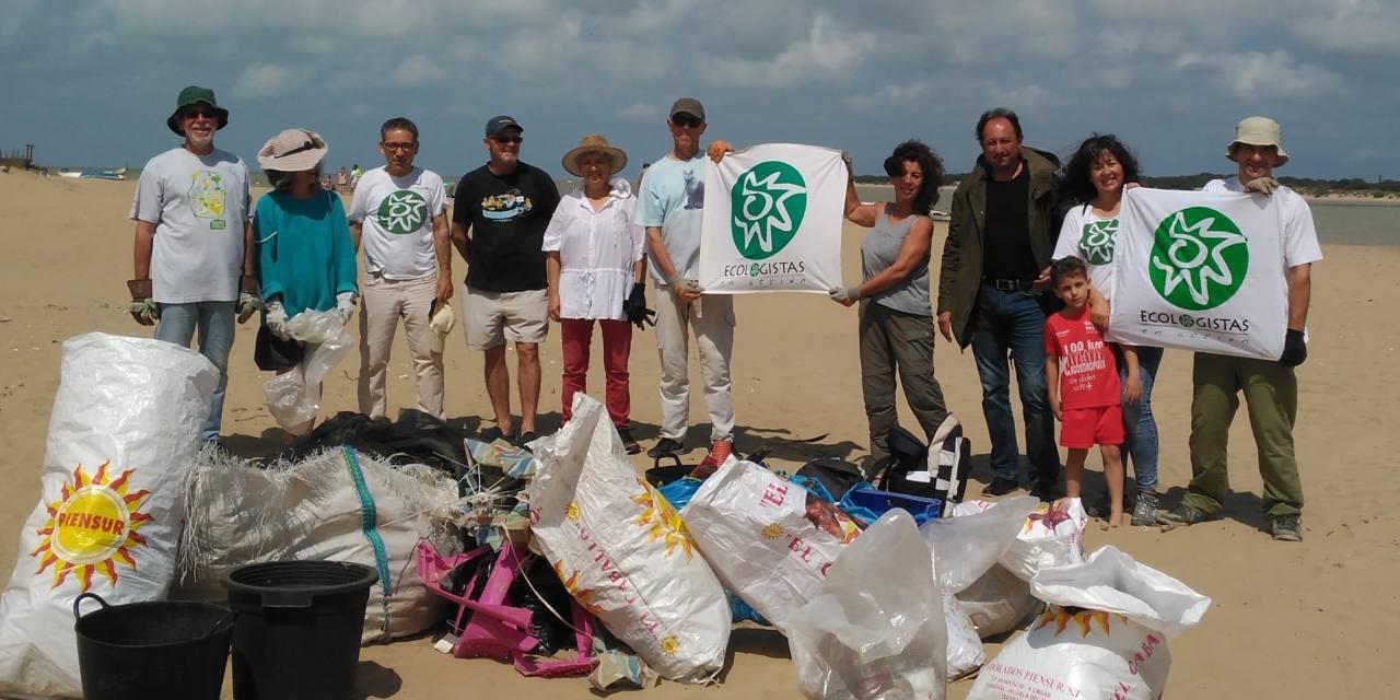 Retiran casi media tonelada de residuos en la playa de Bonanza