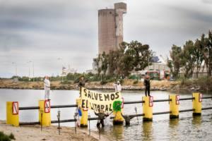 Protesta en la desembocadura del río Guadarranque