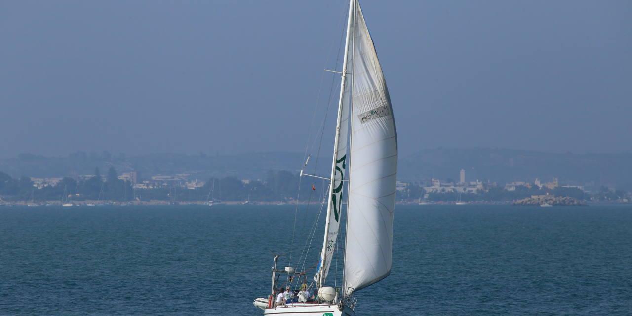 El velero llega a la ría de San Martín de la Arena