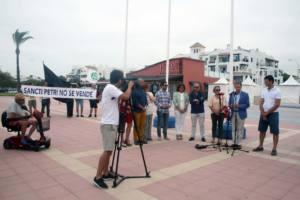 Protesta por la izada de bandera azul en la playa de la Barrosa