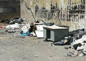 Denuncian un vertido de escombros, trastos y enseres