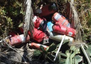 Vertido en suelo rústico de extintores usados