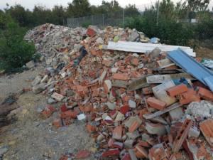 Espectacular escombrera en el Camino de Estepona en La Línea