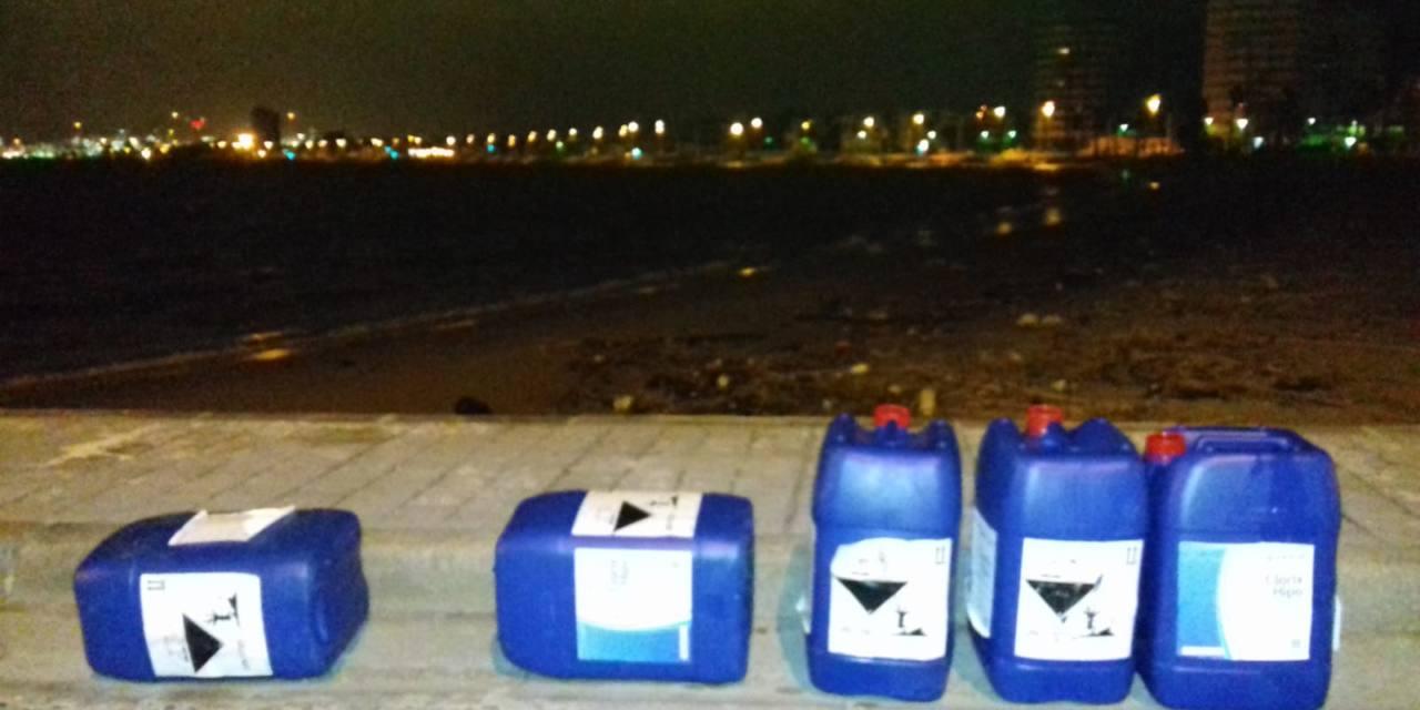 Presencia de botes de desinfectante en la playa de Poniente de La Línea