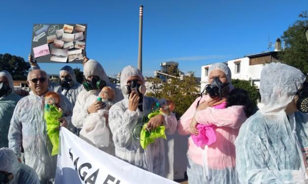30 activistas, con niños prematuros, piden el cierre de la térmica de Los Barrios