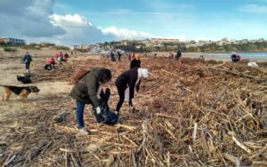 Retirada de residuos en las playas de Suances